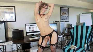 Short-haired babe in black stockings Heather Lexi delivers water-mouthing blowjob